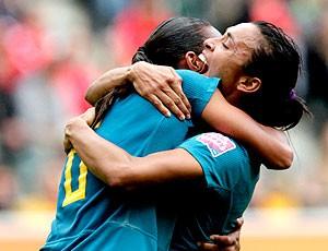Rosana e Marta comemoram gol do Brasil contra a Austrália no Mundial (Foto: AP)