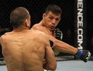 Rafael dos Anjos vence no UFC 132 (Foto: Divulgação/UFC)