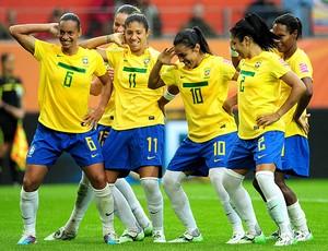 jogadoras do Brasil comemoram gol contra a Noruega  (Foto: AFP)