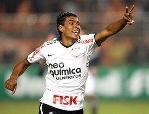 Paulinho comemora gol do Corinthians contra o Vasco (Foto:  JF Diorio / Ag. Estado)