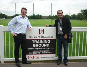 Huw Jennings, diretor do Fulham, e Adauto Menegussi, presidente do Linhares em visita à Inglaterra (Foto: Arquivo Pessoal)