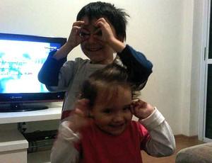 Darío e Violeta, filhos de Bottinelli, imitam a comemoração do papai (Foto: Arquivo Pessoal)