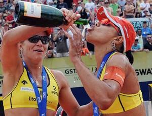 Juliana e Larissa comemoram o título na Suíça (Foto: (FIVB))
