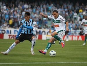Léo Gago, do Coritiba, com o Leandro, do Grêmio (Foto: Divulgação / Coritiba)