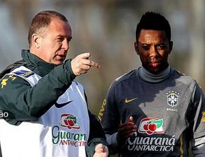 Destaque Redação - Mano e Robinho na Seleção Brasileira (Foto: EFE)