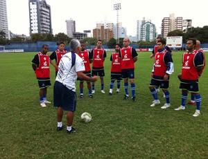 Vevé orienta o provável time titular que estreia na Copa ES, em agosto (Foto: Guido Nunes/Globoesporte.com)