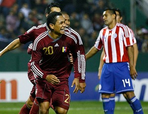 Grenddy Perozo comemora gol da Venezuela contra o Paraguai (Foto: Reuters)