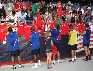 jogadores manchester united autógrafos (Foto: reprodução Facebook)