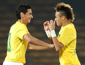 Ganso e Neymar comemoram gol do Brasil  (Foto: AFP)
