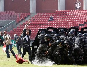 polícias arena da baixada atlético paranaense (Foto: Reuters)