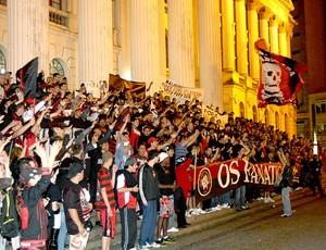 torcida do Atlético-PR faz protesto contra o time (Foto: Franklin de Freitas / Ag. Estado)