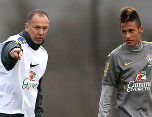 Neymar e Mano Menezes no treino da Seleção (Foto: EFE)