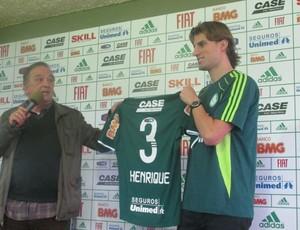 Roberto Frizzo entrega a camisa do Palmeiras ao zagueiro Henrique (Foto: Diego Ribeiro / globoesporte.com)
