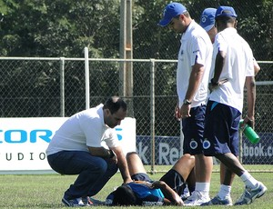 Eber desmaia e durante o treinamento (Foto: Matheus Maciel / Globoesporte.com)