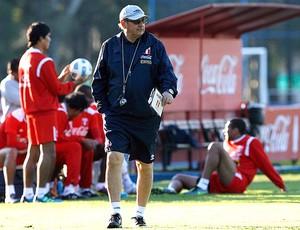 Sergio Markarian, técnico do Peru, no comando do treino (Foto: AFP)