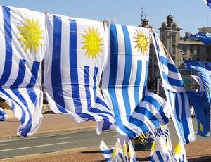 bandeiras do Uruguai a venda para a Copa América (Foto: Alexandre Alliatti / Globoesporte.com)