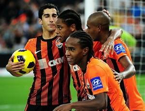 Luiz Adriano, Willian e Fernandinho comemoram gol do Shakhtar (Foto: Divulgação / Site Oficial)