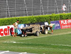 Funcionários trabalham no gramado de São Januário  vasco (Foto: Rafael Cavalieri/Globoesporte.com)