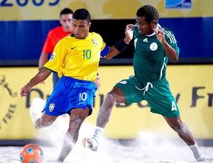 Benjamin na partida de futebol de areia do Brasil (Foto: Diulgação / CBBS)