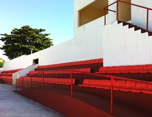 Cadeiras laranjas vindo do PV estão no estádio Antony Costa (Foto: Luana Andrade/Globoesporte.com)