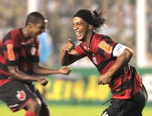 Ronaldinho Gaúcho comemora gol do Flamengo sobre o Santos (Foto: Eliaria Andrade / Ag. O Globo)