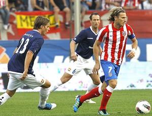 Diego Forlan no amistoso do Atletico de Madrid contra o Stromsgodset  (Foto: EFE)