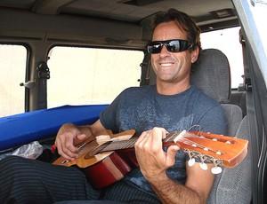 Tom Curren tocando violão arquivo (Foto: Arquivo Pessoal)
