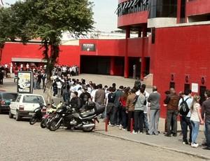 Torcedores fazem fila na Arena da Baixada (Foto: Fernando Freire/Globoesporte.com)