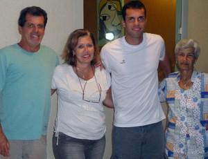 Marcelo Lomba e a família em casa (Foto: Raphael Carneiro/Globoesporte.com)