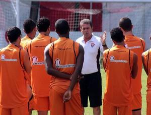 Ricardo Silva orienta jogadores no Vitória (Foto: Divulgação)
