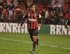 Cleber Santana comemora o gol contra o Santos (Foto: Divulgação/Atlético-PR)