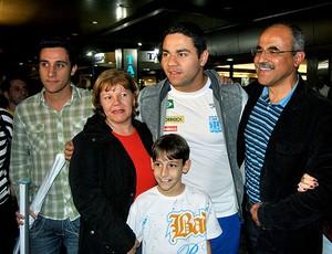Felipe França foi recebido por familiares no desembarque em São Paulo (Foto: João Gabriel / Globoesporte.com)