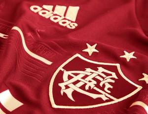 Fluminense enfrenta o Inter com novo e polêmico terceiro uniforme. Camisa  grená ... 77dd02dd7a28e