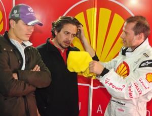 Villeneuve conversa com integrantes da equipe no box de Interlagos (Foto: Divulgação)