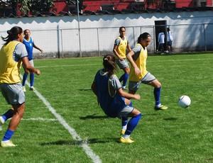 Zagueira Daiane em treino da seleção universitária (Foto: Marcos Guerra/GLOBOESPORTE.COM)