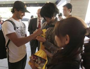 Alexandre Pato conversa com torcedores japoneses na porta do hotel da Seleção (Foto: Mowa Press)
