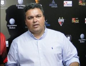 Adson Batista quer um novo treinador até o final da semana (Foto: Divulgação/Atletico-GO)