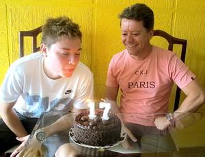 Adryan com o pai comemorando aniversário (Foto: Fábio Leme / Globoesporte.com)