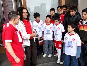 DAlessandro com crianças de escolinha do Internacional em Buenos Aire (Foto: Alexandre Alliatii / Globoesporte.com)