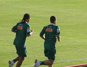 Everton Costa e Leonardo, do Coritiba (Foto: Gabriel Hamilko / Globoesporte.com)