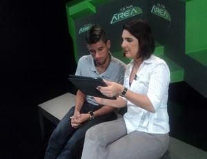 Léo Moura confere as mensagens enviadas pelos internautas (Foto: Júlia Pecci / SporTV.com)