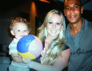 Alex Silva com o filho Miguel e com a esposa Kellen (Foto: Arquivo Pessoal)