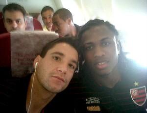 Thiago Neves e Diego Maurício no avião