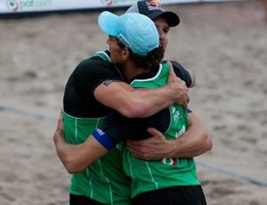 Alison e Emanuel se abraçam em Aland (Foto: Divulgação/FIVB)