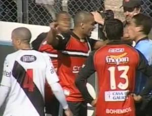 Frame - Brasileiro Diogo, do Wanderers, dá tapa em bandeirinha após ser expulso no Uruguai (Foto: Reprodução/You Tube)
