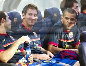 Messi e Daniel Alves no banco do Barcelona (Foto: EFE)