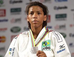 Rafaela Silva com a medalha de prata no Mundial de judo (Foto: EFE)