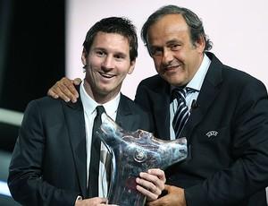 Messi ganha prêmio da UEFA ao lado de Michel Platini (Foto: AP)