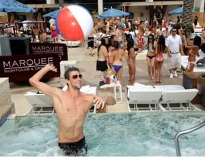 natação Michael Phelps piscina em Las Vegas (Foto: Al Powers / hauteliving.com)
