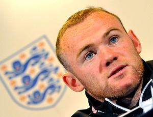 Rooney durante coletiva da Inglaterra (Foto: Reuters)